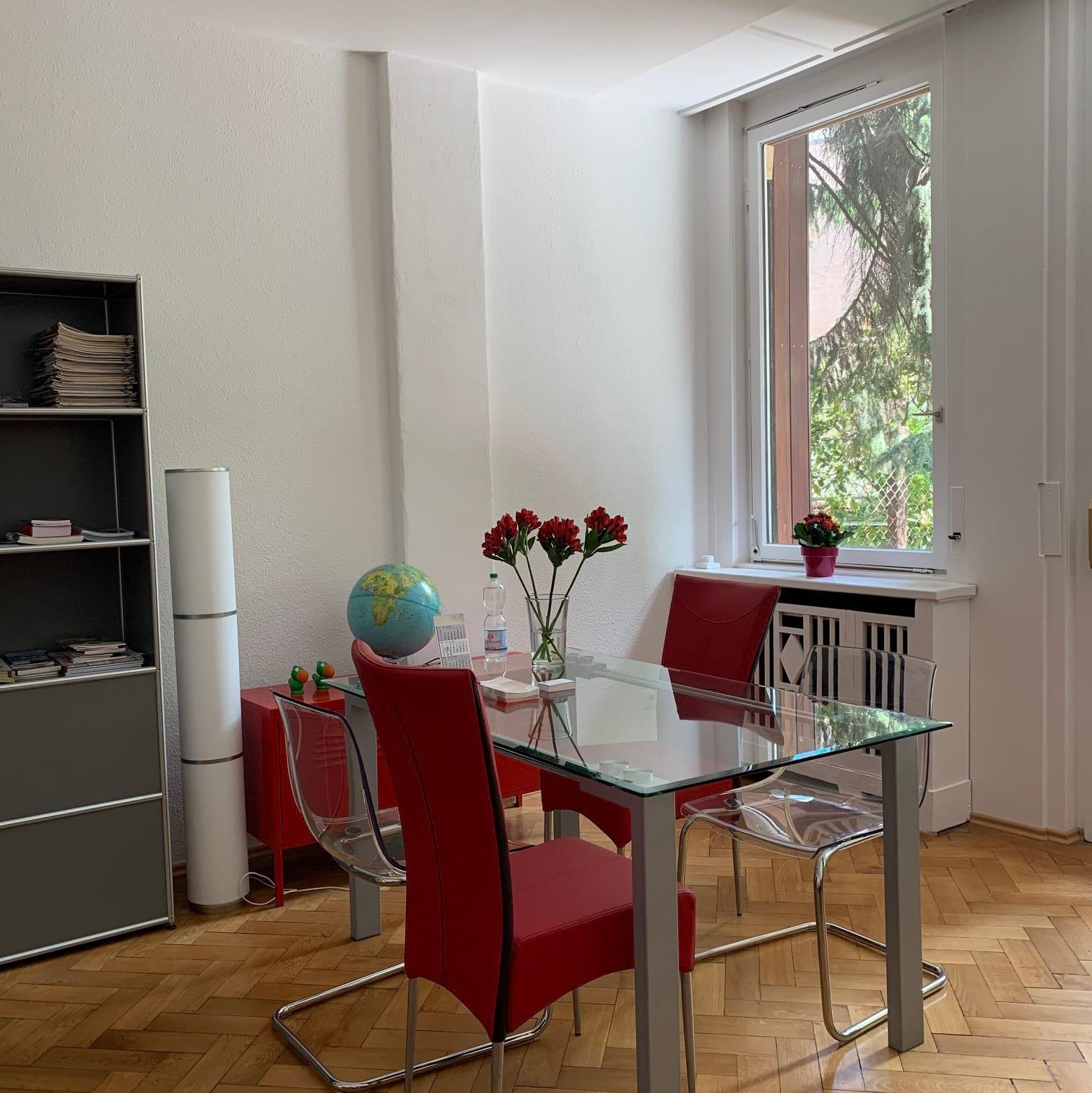 Ein helles Büro mit Holzboden